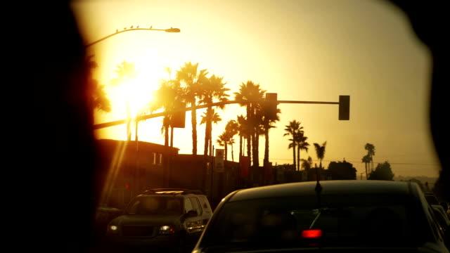 vídeos y material grabado en eventos de stock de coche pov de la calle en los ángeles al atardecer en cámara lenta 180fps - señalización vial