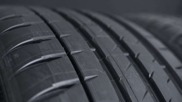 vídeos de stock e filmes b-roll de car street tire spinning - fundo oficina