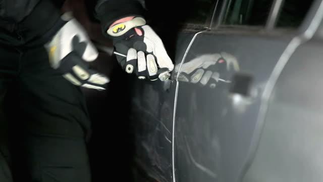 vídeos de stock e filmes b-roll de car thief - ladrão