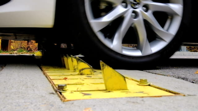 車のタイヤの障壁 - 尖っている点の映像素材/bロール