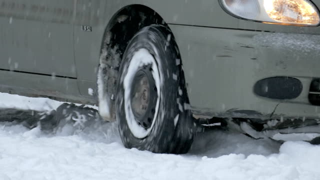vídeos y material grabado en eventos de stock de tires automóviles y en pistas de nieve - nieve amontonada