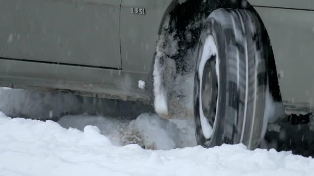 vídeos y material grabado en eventos de stock de tires coche en invierno carretera - nieve amontonada