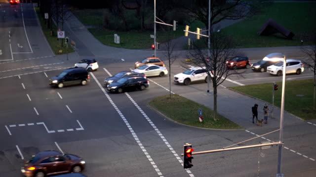 汽車交通在城市交叉點 - 道路交叉口 個影片檔及 b 捲影像