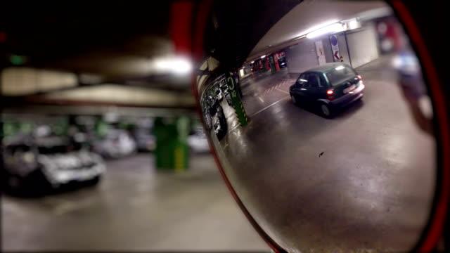 biltrafiken i parkeringsgarage på sfäriska safty spegel - wheel black background bildbanksvideor och videomaterial från bakom kulisserna