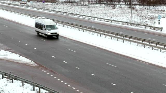 pkw-verkehr auf der autobahn außerhalb der stadt. - van stock-videos und b-roll-filmmaterial