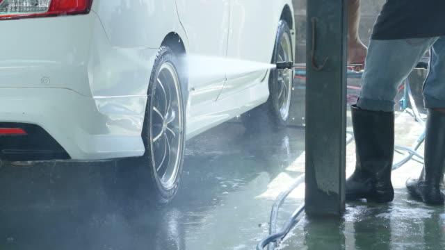 vidéos et rushes de station de lavage auto - voiture blanche