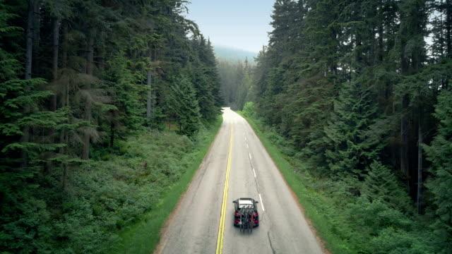 auto mit rädern fährt mountain highway - vancouver kanada stock-videos und b-roll-filmmaterial
