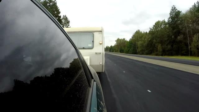 stockvideo's en b-roll-footage met auto met caravan, trailer gaan op snelweg - caravan