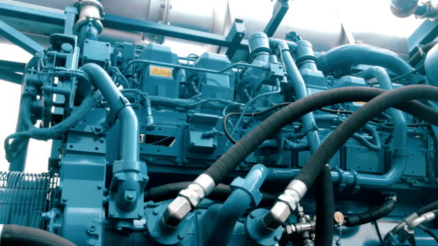 vídeos y material grabado en eventos de stock de un coche con complejos equipos para la industria de petróleo y gas - generadores