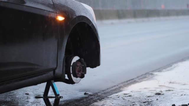 bil utan hjulpunktering på vägen - wheel black background bildbanksvideor och videomaterial från bakom kulisserna