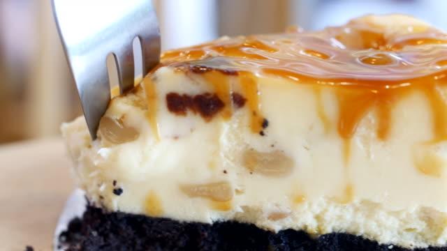 caramel cream cake serving and cutting - sernik filmów i materiałów b-roll