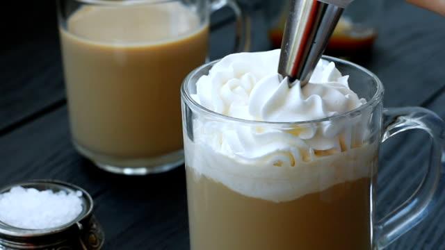 karamell latte mit sahne und salz - sahne stock-videos und b-roll-filmmaterial