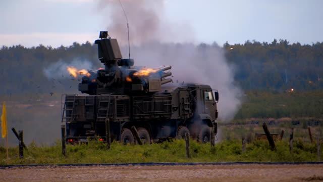 vidéos et rushes de «carapace-c1» - missile russe d'antiaérien autopropulsé et système de canon - mitrailleuse