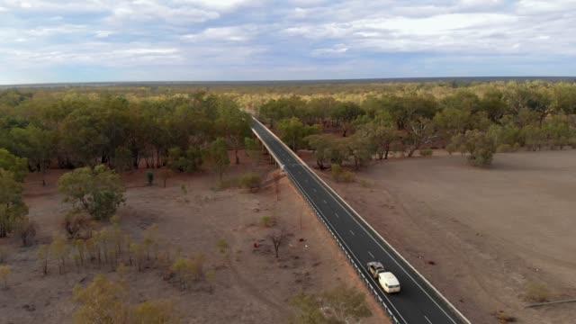 stockvideo's en b-roll-footage met caravan reizen australië (drone shot) - caravan