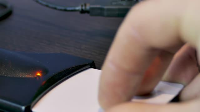 vídeos de stock e filmes b-roll de id card reader.middle view.laptop usb. - estónia