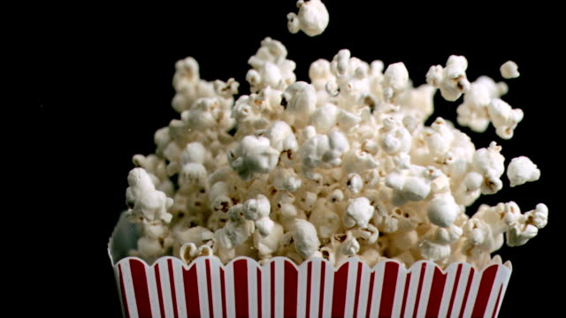 stockvideo's en b-roll-footage met cardboard box in super slow motion spilling popcorn - popcorn