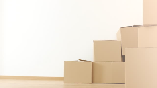 vídeos de stock e filmes b-roll de cardboard boxes in empty apartment - cardboard box