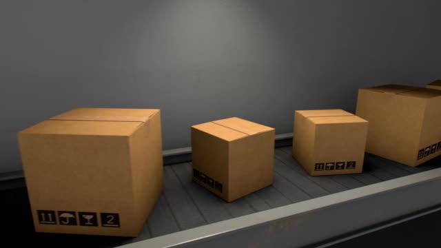 vídeos de stock e filmes b-roll de cardboard boxes on conveyor belt in warehouse - cardboard box