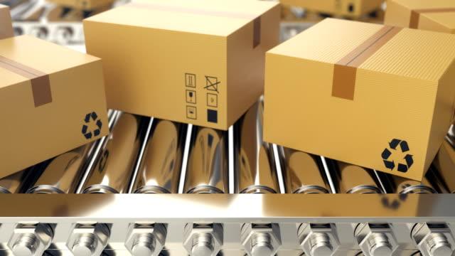 konveyör bant loopable animasyon boyunca karton kutular ilerledikçe. karton kutular konveyör bant üzerinde. 4k animasyon - sipariş vermek stok videoları ve detay görüntü çekimi