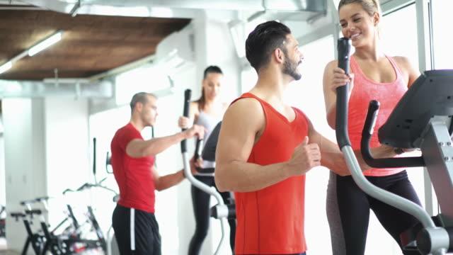 konditionsträning i ett gym. - gym skratt bildbanksvideor och videomaterial från bakom kulisserna