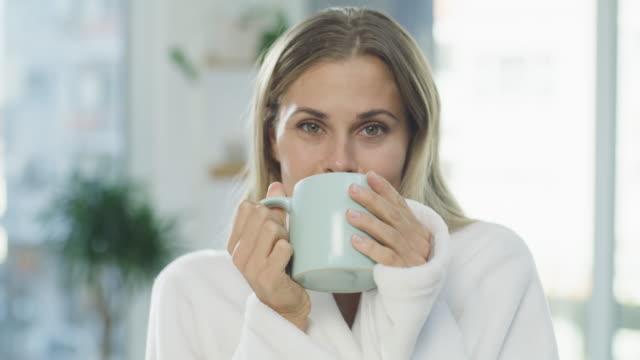 vidéos et rushes de vous voulez vous joindre à un cuppa du matin? - peignoir