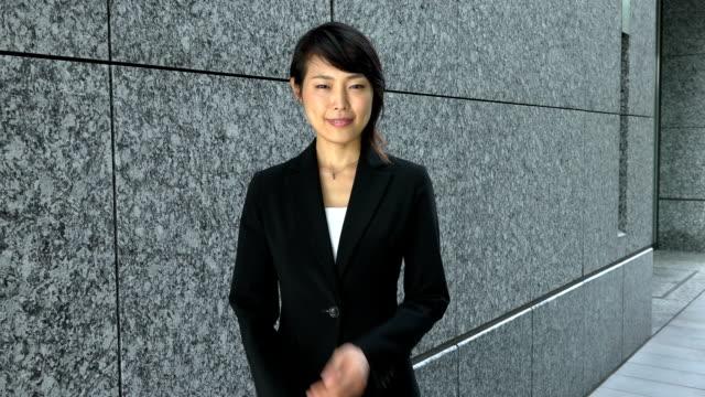 キャリアとカメラを見て若いアジア女性実業家の成功 ビデオ