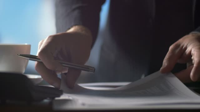 kariera biznesowe osób pracujących w papierowych formularzy zwrotu podatku - zwrot filmów i materiałów b-roll