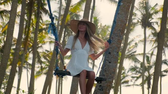vídeos y material grabado en eventos de stock de tiempo despreocupado y relajante de vacaciones en trópicos - disquete