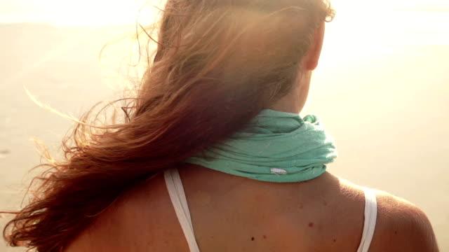 vídeos y material grabado en eventos de stock de carefree chica en la playa - miembro humano