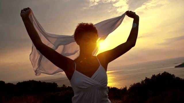 slo mo беззаботная женщина бег с воротником-шалью в the wind - шарф стоковые видео и кадры b-roll
