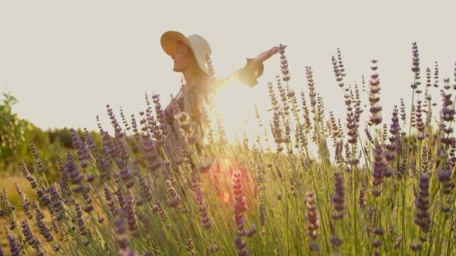 MS-SLOW-MOTION sorglos Frau Spinnerei in sonnigen, idyllischen Lavendelfeld – Video