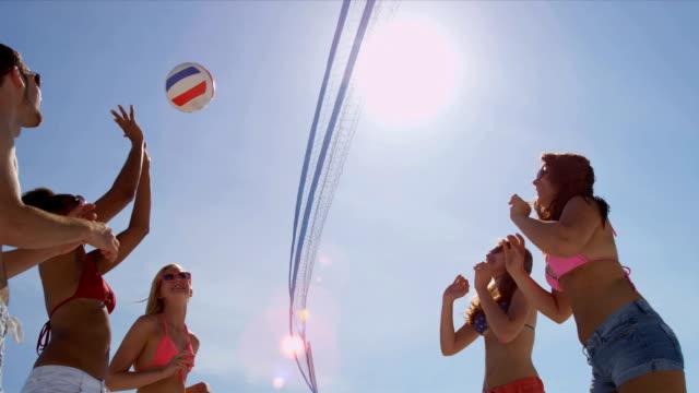 Carefree jeunes vacances de Beach-volley - Vidéo