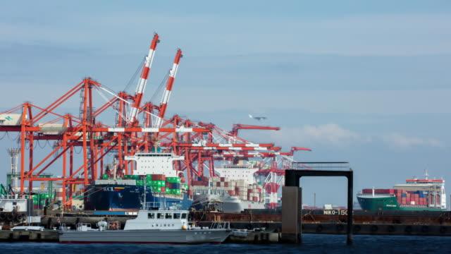 東京の t/l 貨物コンテナー港 - はしけ点の映像素材/bロール