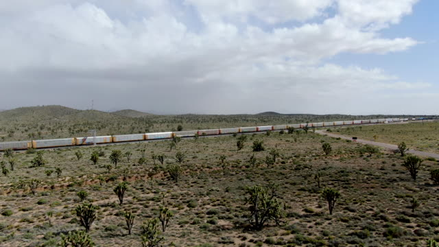 cargo locomotive railroad engine crossing arizona desert wilderness - lungo video stock e b–roll