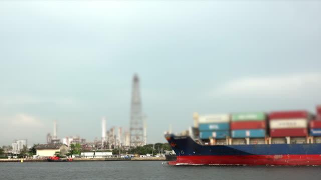 vídeos de stock e filmes b-roll de cargo ship and refinery - transatlântico