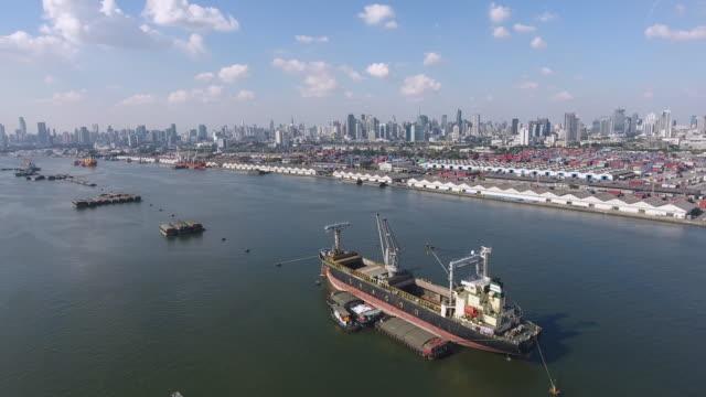 港の港で貨物船はけし、空中写真 - はしけ点の映像素材/bロール