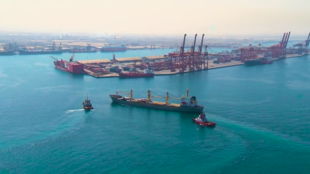 a cargo ship enters the sea port - arabia saudita video stock e b–roll