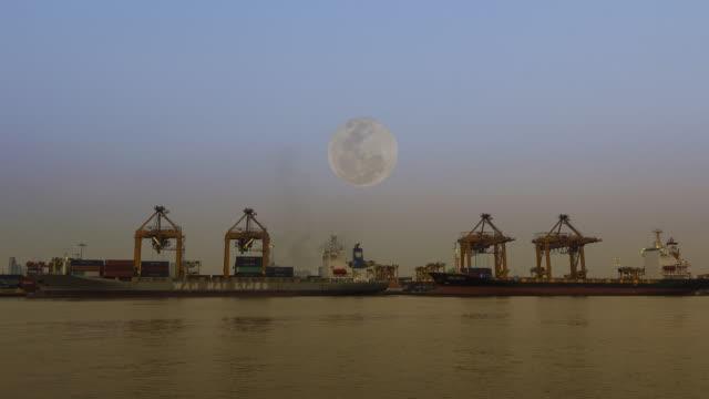 lastfartyg i hamnen vid fullmåne - skrov bildbanksvideor och videomaterial från bakom kulisserna