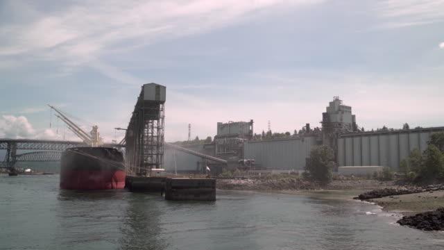 vídeos de stock e filmes b-roll de cargo ship loading grain vancouver 4k uhd - montanha costeira