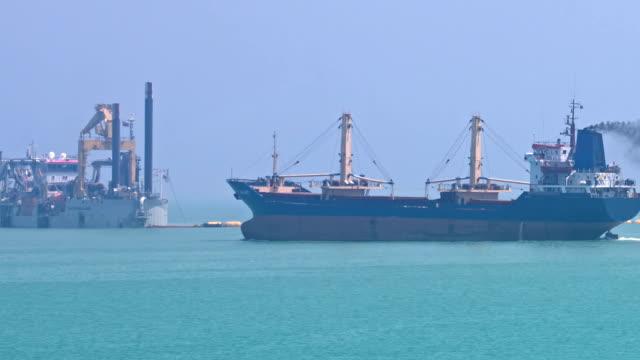 vidéos et rushes de navire de charge polluant l'air de fumée - entonnoir