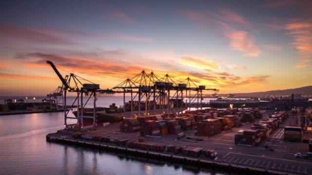 cargo ship unloading at sunset - time lapse - rozładowywać filmów i materiałów b-roll