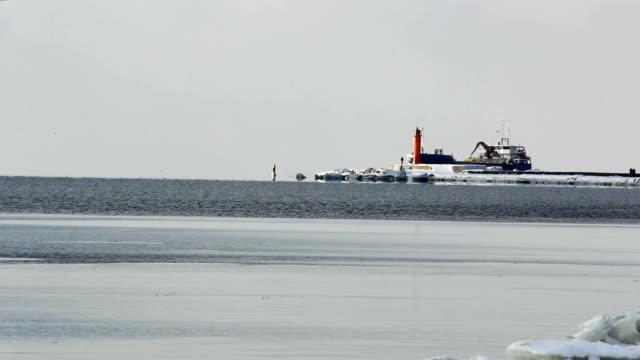 Navire de charge avec pont roulant de ports à venir dans le port - Vidéo