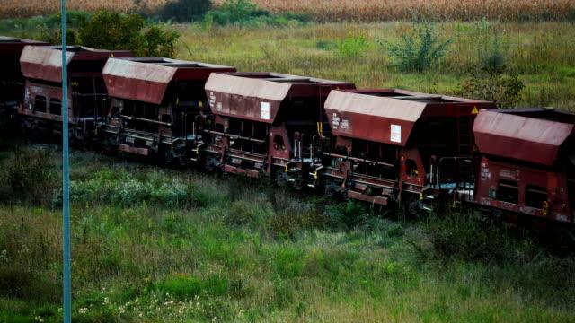 vídeos de stock, filmes e b-roll de trem de carga com vagões de carvão. - sérvia