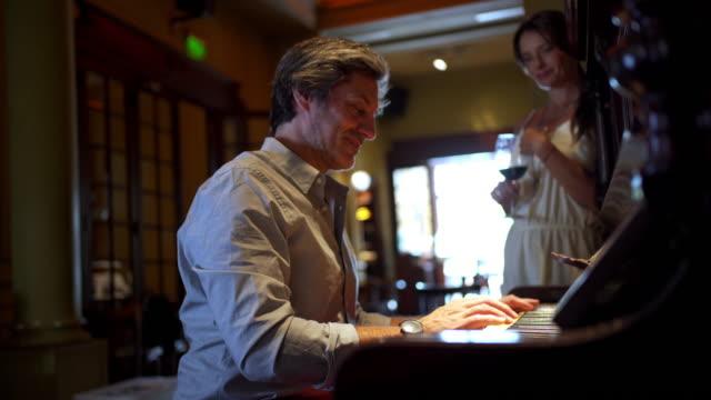 思いやりのある夫は、朝に彼女のお気に入りのピアノの歌とワインで彼の妻を目覚めさせる ビデオ