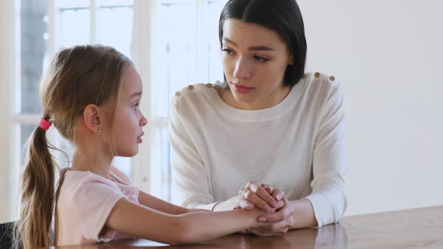 pflege mutter psychologe trösungsadisieren traurige kind mädchen hilfe mit problem - eltern stock-videos und b-roll-filmmaterial