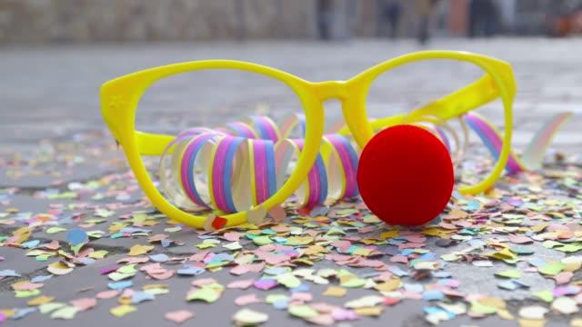 카니발-색종이, 변 장 안경, 빨간 코와 깃발-카니발 컨셉 또는 축 하 컨셉 - 사육제 스톡 비디오 및 b-롤 화면