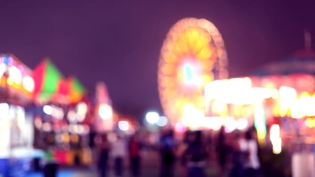 carnival fahrattraktionen und spiele am abend (unscharf gestellt - halbnahe einstellung stock-videos und b-roll-filmmaterial