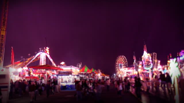 carnival fahrattraktionen und spiele am abend - volksfest stock-videos und b-roll-filmmaterial