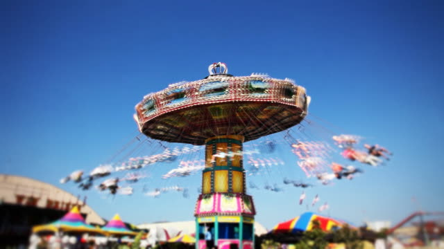 carnevale swing giro al midway (time-lapse - luna park video stock e b–roll