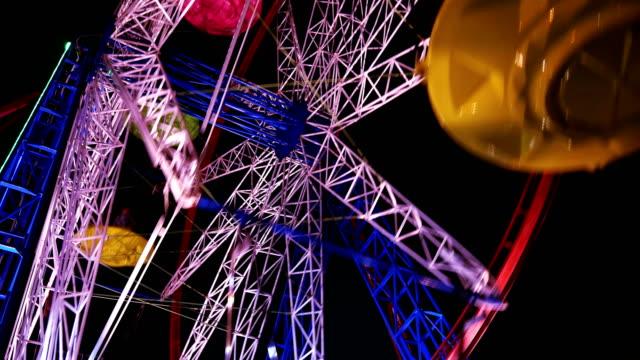 vídeos y material grabado en eventos de stock de carrusel en parque temático - noria
